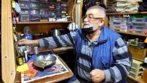 65 yaşındaki Cevat Dede tespih dizerek para kazanıyor
