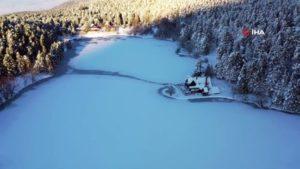 Karla Kaplanan Gölcük Tabiat Parkı'nda Kartpostallık Görüntü Oluştu